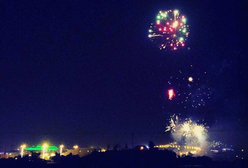 بالصور.. الألعاب النارية تضيء سماء مدينة الضباب أبها