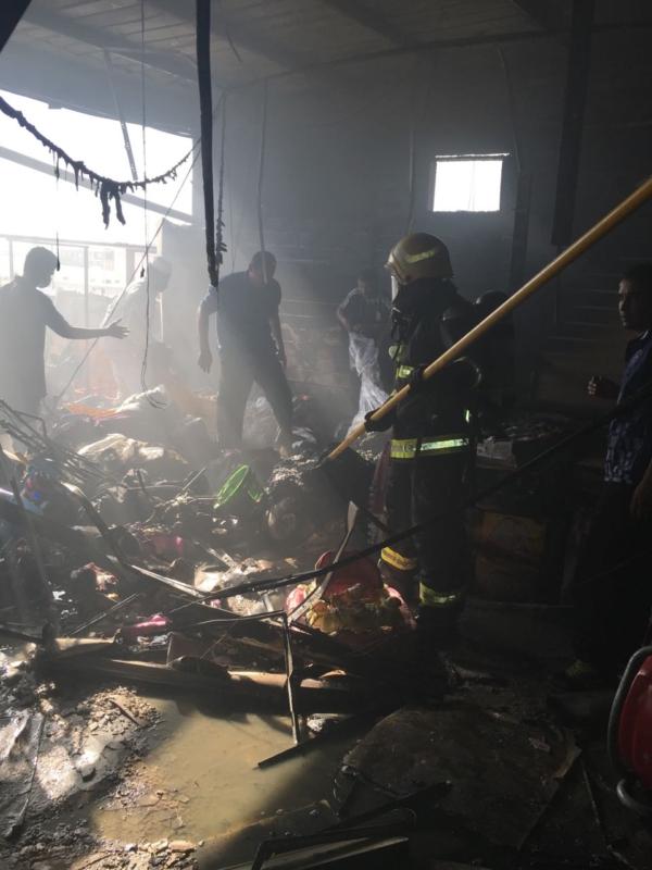 بالصور .. مدني ينبع يباشر حريقًا بمحل تجاري دون إصابات