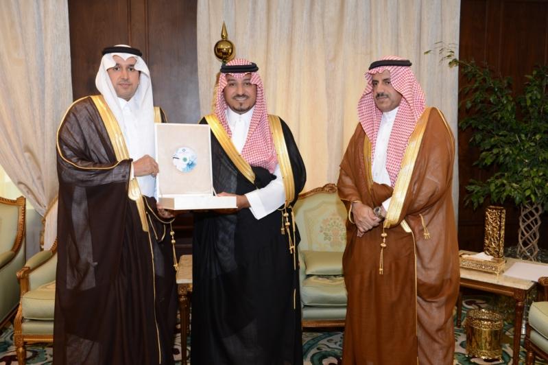 بالصور.. منصور بن مقرن يتسلم تقارير ودراسات جامعة الملك خالد