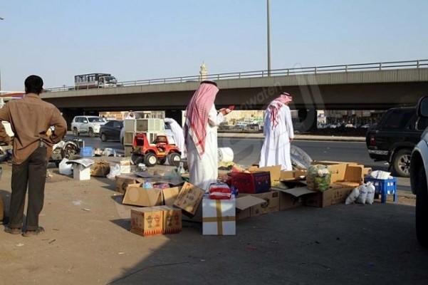شاهد بالصور .. البيع على قارعة الطريق في حراج ابن قاسم بالرياض