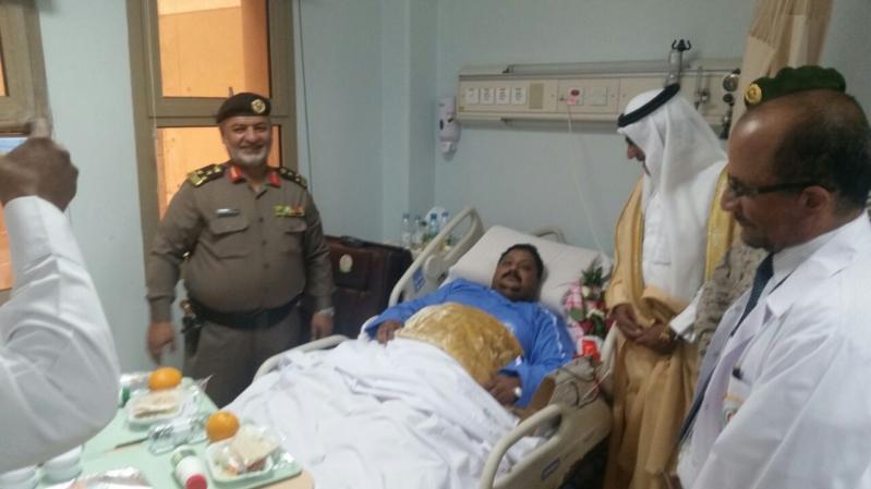 محافظ خميس مشيط يزور المصابين بمستشفى القوات المسلحه بالجنوب