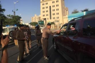 بالصور.. مدير شرطة عسير يوزّع الورود بمُناسبة اليوم الوطنيّ - المواطن
