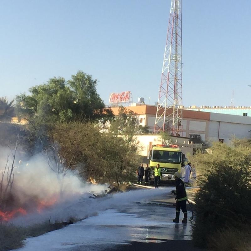 مدني خميس مشيط يكافح حريق هائل خلف مركز الواحهٌ مول