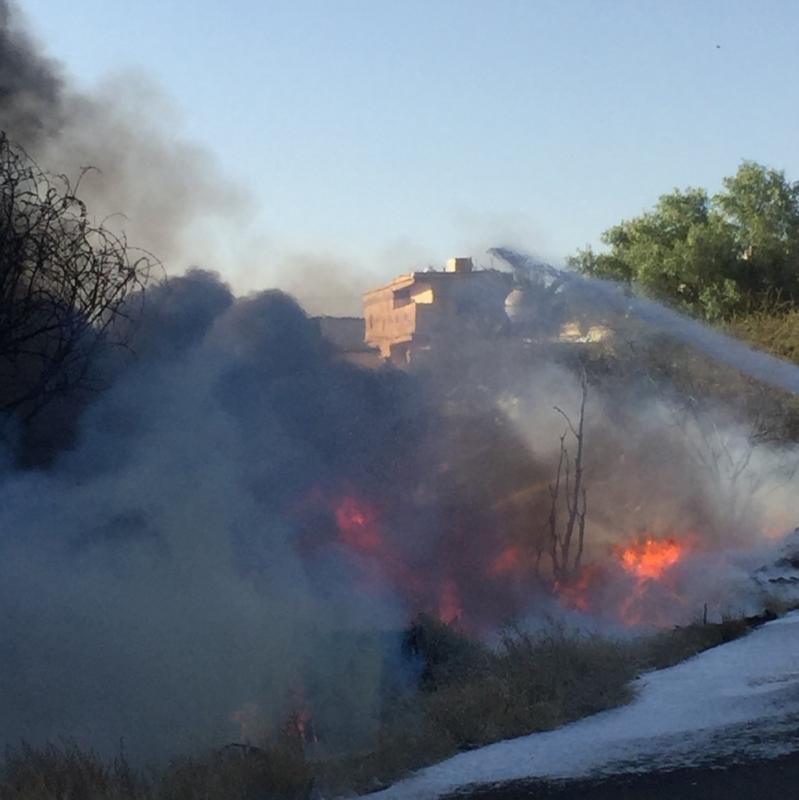 بالصور مدني خميس مشيط يباشر عصر اليوم اخماد حريق هائل خلف مركز الواحهٌ مول