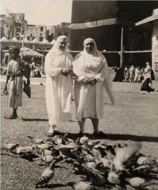 صورة قديمة توضح عدد من الحجاج يستمتعون في أطعام حمام الحرم المكي الشريف
