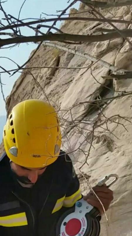 وفاة سائق بوكلين بعد بعقبة الكرى بمحافظة تنومه لمسافة ٤٥٠ متر بمنحدر صخري