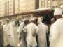 صورة توضح عدد من الحجاج يقومون بشراء بعض الهدايا