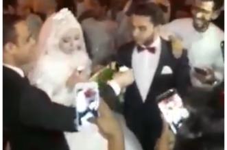 بالفيديو.. عريس يزف عروسه بممشى الروضة بالرياض - المواطن