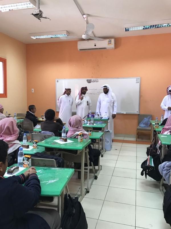 معلم يكرم طلابه المتفوقين خلال الفتره الاولى بخميس مشيط