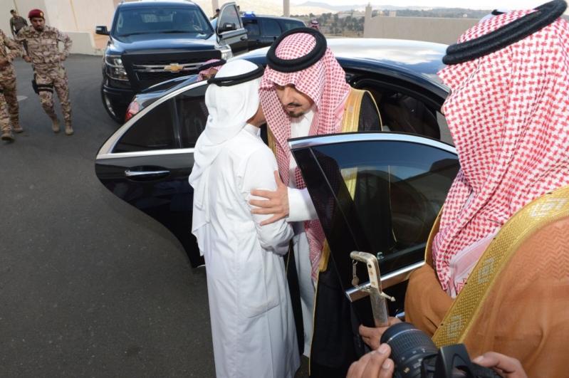 أمير عسير يعزي أسرة آل معدي بالسودة
