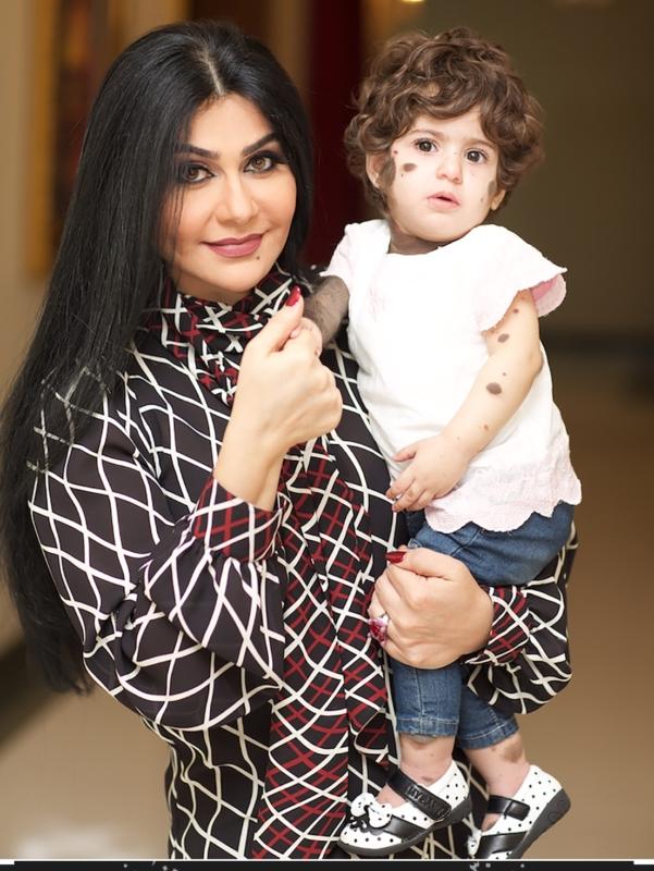 الطفله الين مع مديرة المستشفى