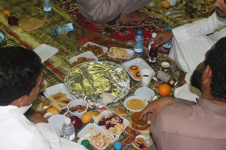 شاهد.. أكبر مخيم إفطار للصائمين بوجبات منزلية في حلي ...