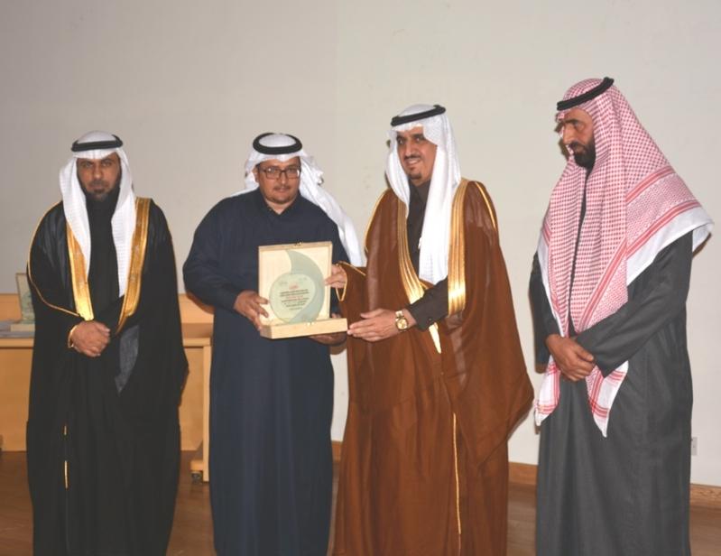 مدير عام تعليم الرياض كرم 118 طالبا متفوقا حصلوا على نسبة 100%