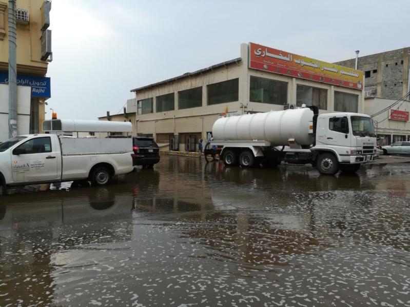 بالصور.. سحب تجمعات المياه المتجمعة بسبب أمطار صامطة