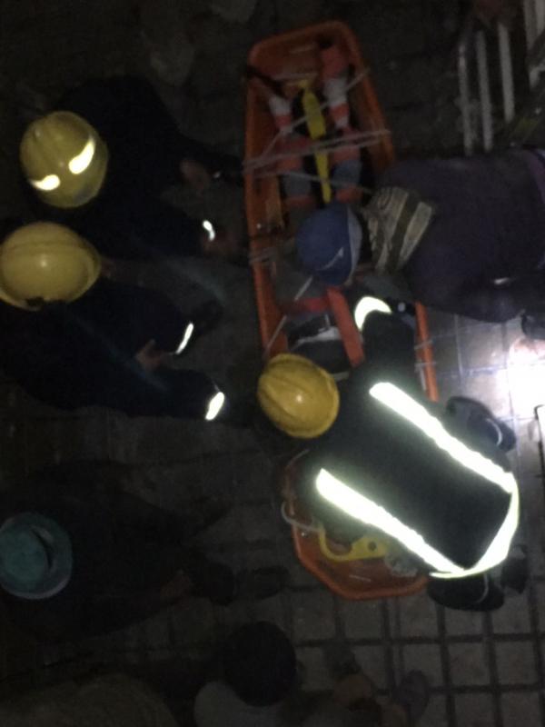 مدني خميس مشيط ينقذ عامل سقط في خزان عمارة تحت الانشاء
