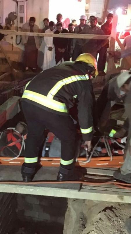 إنتشال عاملا سقط في خزان عمارة تحت الانشاء بخميس مشيط