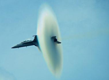 بالصورة: لحظة اختراق طائرة مقاتلة حاجز الصوت