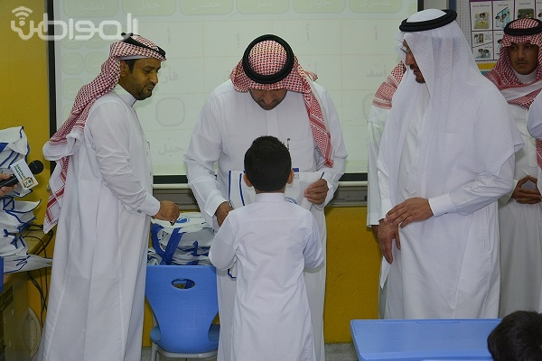 شاهد بالصور .. أمير الرياض يقف على استعدادات المدارس في أول يوم دراسي