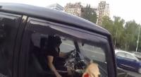 فتاة تلقن من يرمون النفايات من سياراتهم درساً قاسيا