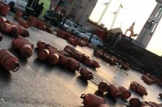 فيديو وصور.. تأرجحت الشاحنة فأغرقت طريق صبيا - بيش بأسطوانات الغاز - المواطن