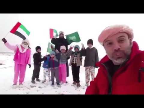 إماراتي يُشارك أهالي #عرعر فرحة الثلوج