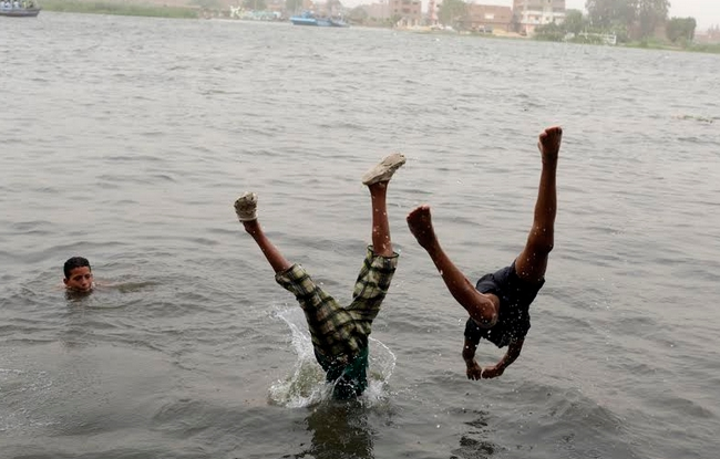 صبية يغوصون في نيل القاهرة هربا من الطقس الحار في العاصمة المصرية  اليوم الأربعاء 4 يونية 2014 (رويترز)