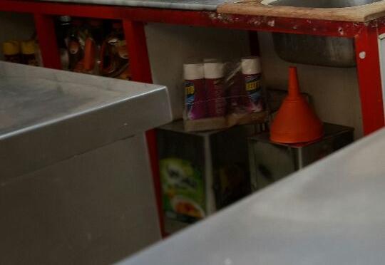 بالصور.. مبيدات حشرية مخزنة مع مواد غذائية في بوفيه بالقنفذة - المواطن