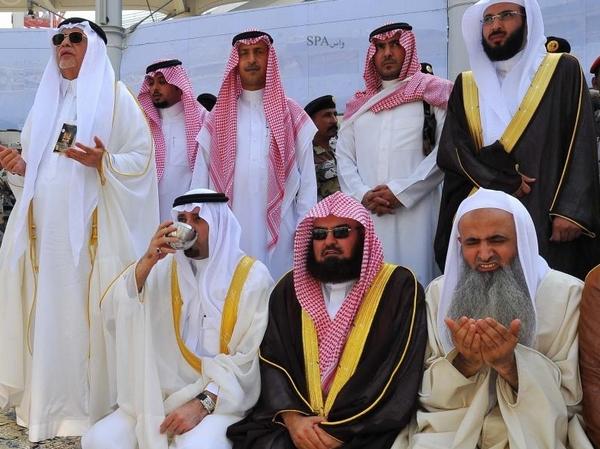 أمير مكة المكرمة يتشرف بغسل الكعبة المشرفة - المواطن