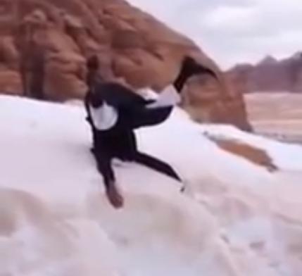 موقع بريطاني يعلق على فيديو لسعودي يسخر من تساقط الجليد - المواطن