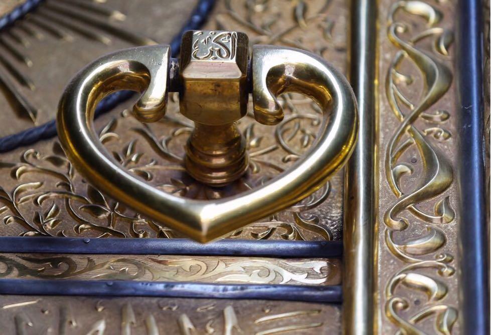 شاهد بالصور.. بُرقع الكعبة يزهو بالآيات القرآنية - المواطن