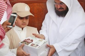 ابن الشهيد الملحم يقدم وجبات إفطار صائم بصورة والده في الحرم المكي - المواطن