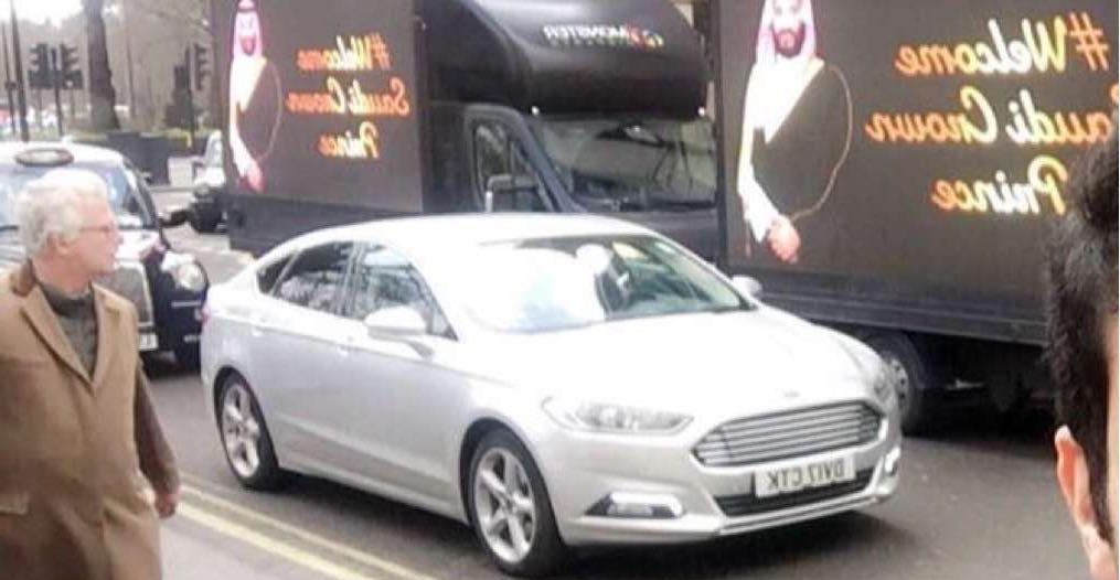 شاهد.. شوارع لندن تستبق زيارة محمد بن سلمان بلافتات ترحيب تشرح جوانب من رؤية 2030