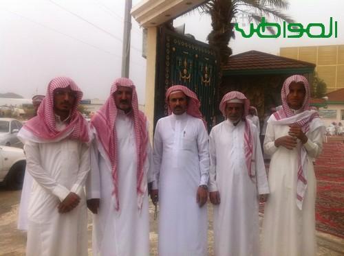 أقارب الشهيد الثبيتي خلال استقبالهم المعزين في الفقيد عصر اليوم . - المواطن