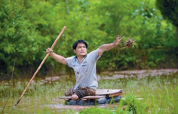 شاهد.. مزارع صيني بلا ساقين يزرع الأرز بإطار عائم - المواطن
