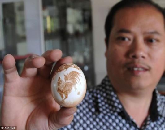 صيني ينحت رسومات معقدة على قشر البيض
