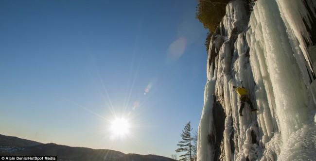 بالصور... مصور مغامر يخاطر بحياته متسلقاً الشلالات المتجمدة بكندا - المواطن