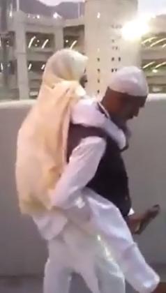 بالفيديو.. شاهد حاجاً باكستانياً يحمل أمه على ظهره