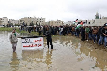 أردنيون يتظاهرون للمطالبة باغلاق سفارة اسرائيل بعد مقتل قاض