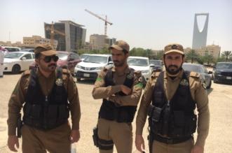 بالصور.. ضبط 29 وافدًا مخالفًا يعملون في بترينات بيع الجوال في الرياض - المواطن