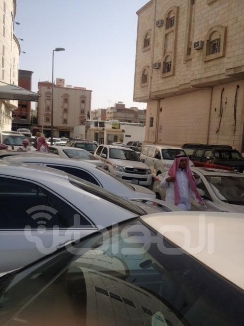 مراجعو محكمة الطائف يعانون من غياب مواقف خاصة لسياراتهم - المواطن