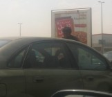أطفال تنظيف زجاج السيارات أحدث صرعات التسول !