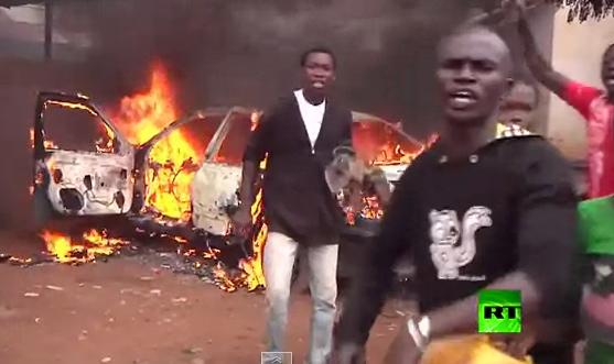 بالفيديو.. غاضبون يشعلون النار في مسجد بإفريقيا الوسطى