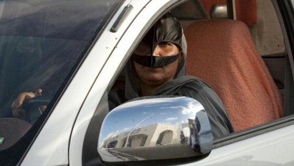gal.oman.woman.drive.jpg_-1_-1