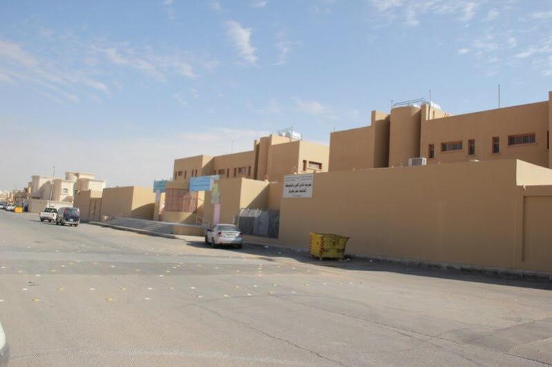 سكان نسيم #عرعر يعيدون طلاء مدرستين عبث بهما مراهقون