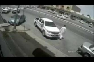 بالفيديو.. شاب ينجو بأعجوبة من حادث مروري مروع - المواطن