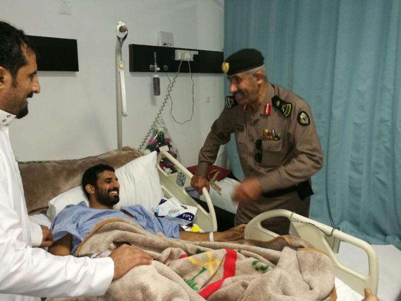 مدير شرطه عسيري يطمئن على صحة احد الافراد