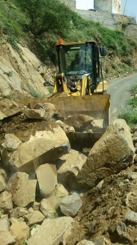 بلدية فيفا تزيل الحجار من الطرق