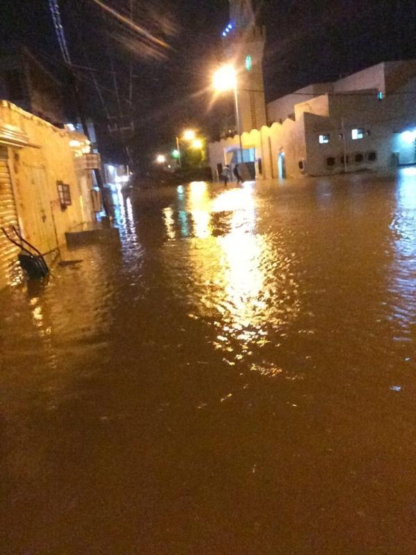 مياه الأمطار تغمر جامع الأساملة بجازان