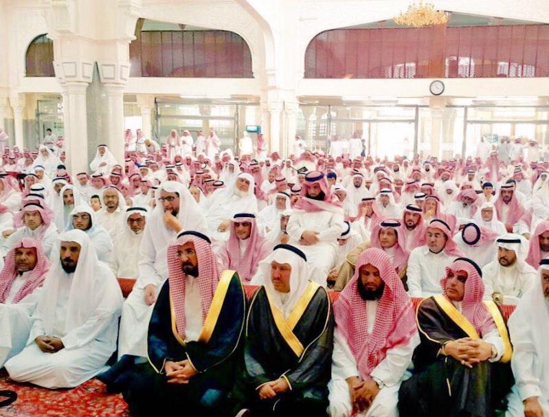 وكيل إمارة الباحة والاعلاميين وجموع المواطنين في الصلاة على الإعلامي العذلة