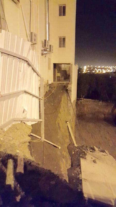 صور اخلاء سكان شقق مفروشة بعد انهيار جدار الحوش